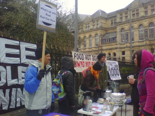 BRAD CARDIFF FOOD NOT BOMBS wit peeps 312331_293096837485918_1019833882_n