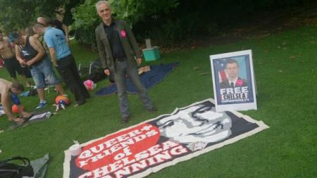 CHELSEA QF+BANNER and LOZ KAYE at MAN PRIDE BSbUxwJIgAAnTHH